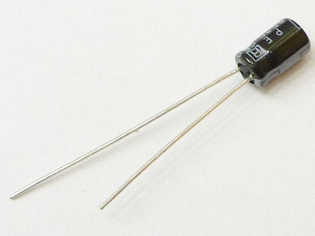 電解コンデンサ(アル電)の写真です。最近では僕は1000μ以下を使わなくなりました。なんでだろう。